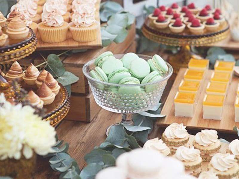 Buffet Di Dolci Mignon : Righe di dolci mignon italiano su un supporto di vetro u foto